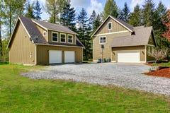 Exterior da casa do campo Vista da entrada de automóveis da entrada e do cascalho Imagem de Stock Royalty Free