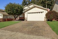 Exterior da casa Feche acima da porta da garagem com entrada de automóveis Imagem de Stock Royalty Free
