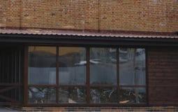 Exterior da casa luxuosa recentemente construída A jarda com grama verde e a passagem conduzem ao patamar coberto Imagens de Stock