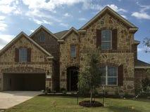 Exterior da casa nova de dois assoalhos em suburbano imagem de stock royalty free