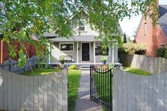 Exterior da casa Opinião do patamar e do jardim da frente da entrada fotos de stock royalty free