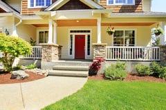 Exterior da entrada dianteira da casa americana agradável. foto de stock