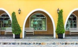 Exterior da fachada da construção amarela Imagens de Stock Royalty Free