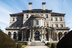 Exterior da mansão dos disjuntores em Newport Rhode - ilha imagens de stock royalty free