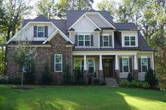 Exterior da parte dianteira de uma casa suburbana de dois andares em uma vizinhança em North Carolina imagens de stock royalty free
