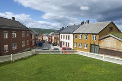 Exterior das casas tradicionais da cidade das minas de cobre de Roros em Roros, Noruega Fotos de Stock