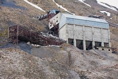 Exterior das construções árticas abandonadas da mina de carvão em Longyearbyen, Noruega Fotos de Stock