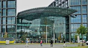 Exterior de Berlin Train Station y cuatro peatones fotos de archivo libres de regalías