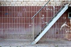 Exterior de construção da escada do ferro da emergência muito Fotos de Stock