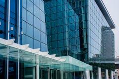 Exterior de cristal azul moderno del edificio foto de archivo