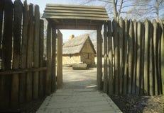 Exterior de edificios en Jamestown histórico, Virginia, sitio de la primera colonia inglesa imagenes de archivo