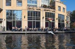 Exterior de Hard Rock Cafe con la gente que se sienta en la terraza foto de archivo libre de regalías