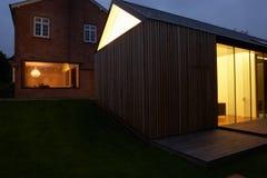 Exterior de la casa moderna con la extensión en la noche Fotos de archivo