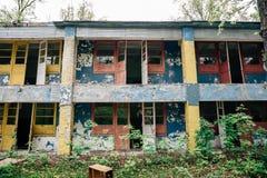 Exterior de la fachada del edificio abandonado arruinado viejo del campo pionero soviético Imagen de archivo libre de regalías