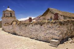 Exterior de la iglesia hermosa del pueblo de Parinacota, Putre, Chile Foto de archivo libre de regalías