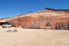 Exterior de la iglesia ortodoxa servia subterráneo en Coober Pedy, Australia Foto de archivo libre de regalías