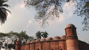 Exterior de la mezquita cagada de Gombuj en Bagerhat, Bangladesh almacen de metraje de vídeo