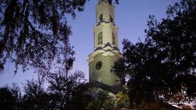 Exterior de la noche de la aguja de la iglesia presbiteriana independiente de la sabana metrajes