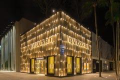 Exterior de la noche de la tienda de Bulgari en el Midtown Miami Imagen de archivo
