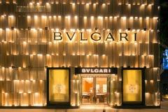 Exterior de la noche de la tienda de Bulgari en el Midtown Miami Foto de archivo
