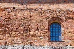 Exterior de la pared de ladrillo vieja del castillo de Trakai con una ventana en Trakai, Lituania Foto de archivo libre de regalías