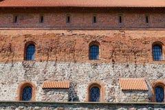 Exterior de la pared de ladrillo vieja del castillo de Trakai con ventanas en Trakai, Lituania Fotografía de archivo libre de regalías