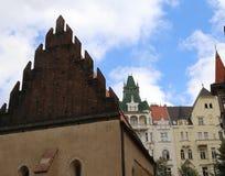 Exterior de la sinagoga judía antigua en la ciudad de Praga Imagen de archivo libre de regalías