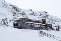 Exterior de los edificios árticos abandonados de una mina de carbón en Longyearb Fotos de archivo