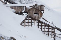 Exterior de los edificios árticos abandonados de una mina de carbón en Longyearb Imagen de archivo libre de regalías