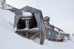 Exterior de los edificios árticos abandonados de una mina de carbón en Longyearb Fotos de archivo libres de regalías