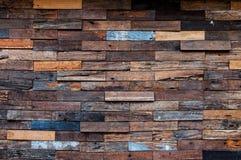 Exterior de madera expuesto de la pared, remiendo de la madera cruda que forma un modelo hermoso de madera del entarimado foto de archivo libre de regalías