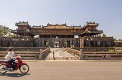 Exterior de Ngo Mon Gate, parte de la ciudadela en la capital vietnamita anterior Hué, Vietnam central, Vietnam imagen de archivo