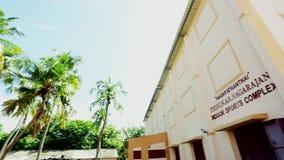 Exterior de Pan Right Indoor Sports Complex, fondo de la naturaleza y árboles de coco metrajes