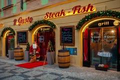 Exterior de Restaurnat adornado para la Navidad en Praga Imagen de archivo libre de regalías