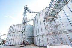 Exterior de silos de grão do armazenamento na fábrica Fotos de Stock
