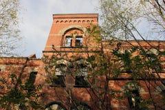 Exterior de subido para arriba y edificio abandonado del hospital del asilo del ladrillo con las ventanas quebradas Imagenes de archivo