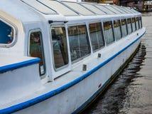 Exterior de um barco de visita, conceito do turismo, exteriores do veículo, transporte da água fotografia de stock