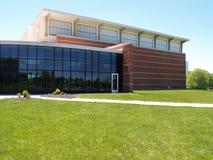 Exterior de um edifício moderno do tijolo e do vidro Imagem de Stock Royalty Free