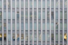 Exterior de um prédio de escritórios moderno com teste padrão repetitivo de Imagens de Stock Royalty Free
