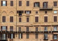 Exterior de uma construção medieval em Siena imagem de stock royalty free
