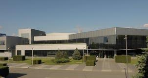 Exterior de uma construção moderna do escritório ou da fábrica Prédio de escritórios Edifício industrial moderno filme