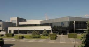 Exterior de uma construção moderna do escritório ou da fábrica Prédio de escritórios Edifício industrial moderno vídeos de arquivo