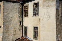 Exterior de uma ruína do castelo com janelas velhas imagens de stock royalty free