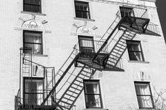 Exterior de un edificio nuevamente renovado de Harlem en un día de verano brillante y soleado, en negro y blanco, Manhattan, Nuev foto de archivo