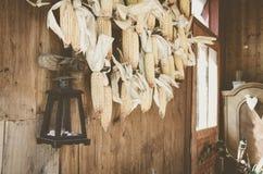 Exterior de una casa de campo Maíz, linterna lifestyle imagen de archivo