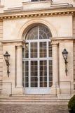 Exterior de una casa urbana histórica en París Imagenes de archivo