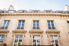 Exterior de una casa urbana histórica en París Fotografía de archivo