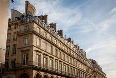 Exterior de una casa urbana histórica en París foto de archivo libre de regalías