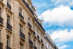 Exterior de una casa urbana histórica en París Imagen de archivo libre de regalías