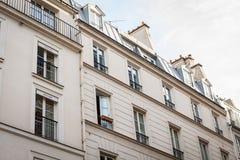Exterior de una casa urbana histórica en París foto de archivo